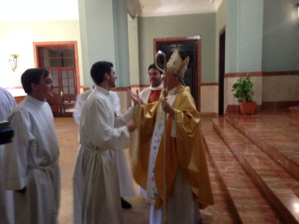 Don Carlos felicita a Juan.