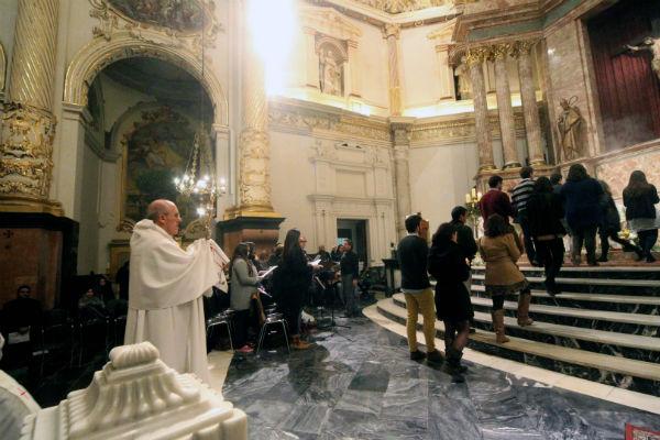 Don Carlos y varios jóvenes en la procesión del Santísimo. J.Peiró/AVAN
