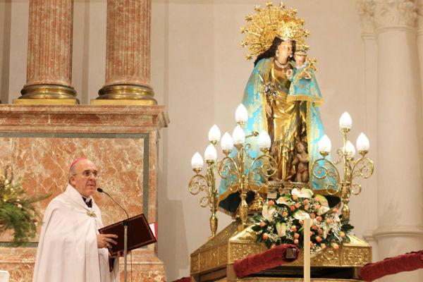 Don Carlos, junto a la Virgen, durante la homilía. J.Peiró/AVAN