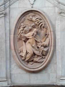 Relieve de San Antonio Abad de Vergara situada en la portada lateral de la parroquia.